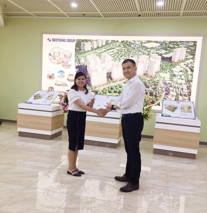 Chủ tịch Booyoung Vina thưởng nóng nhân viên kinh doanh xuất sắc